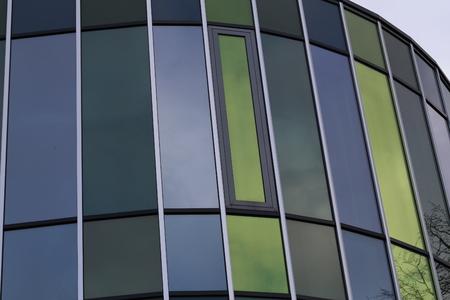 Reflexion in den Fenstern eines modernen Gebäudes Standard-Bild - 93127856