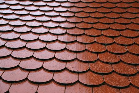 Dachziegel auf dem Dach Hintergrund der Backsteinmauerbeschaffenheit Standard-Bild - 92783385
