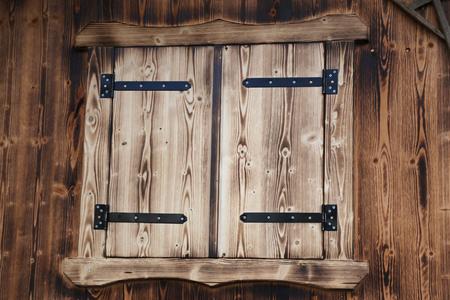 Fenster mit Fensterläden aus Holz Standard-Bild - 92928889