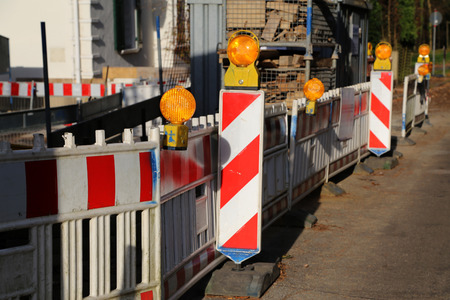 Straßensperre spezielle Zäune blockiert durch den Verkehr während der Straßenreparatur Standard-Bild - 92783378
