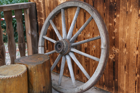 Altes hölzernes Rad Standard-Bild - 92670678