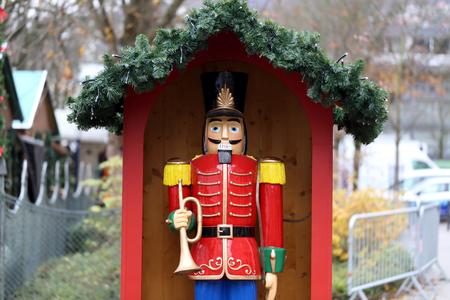 Soldat Nussknacker Statue stehen auf einem Weihnachtsmarkt Standard-Bild - 92645608