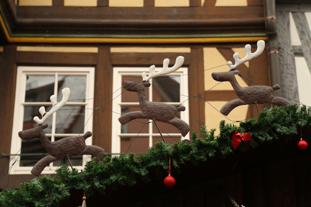 Schöne Weihnachten und neue Jahre Szene / Weihnachtsmarkt Standard-Bild - 92704382