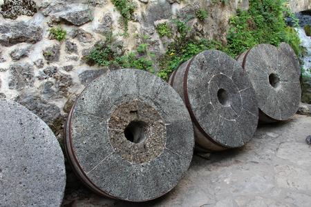 Piedras de molino antiguas. Una herramienta tradicional europea para moler la harina. Foto de archivo