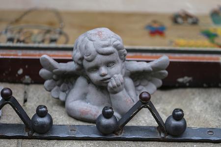 Angel as a decoration in a shop window. Standard-Bild - 114621503