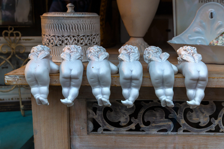 funny angels in a shop window. Standard-Bild - 116009651