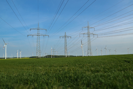 Landscape with high-voltage masts against the blue sky. Banque d'images - 123867579