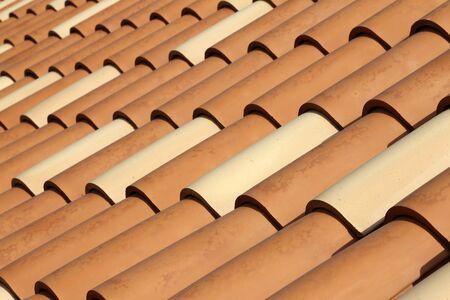 Rotes Ziegeldach. Dachziegel auf dem Dach.