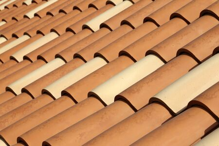Toit de tuiles rouges. Tuiles sur le toit.