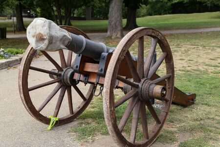The old cannon is put on display in the park. Stockfoto