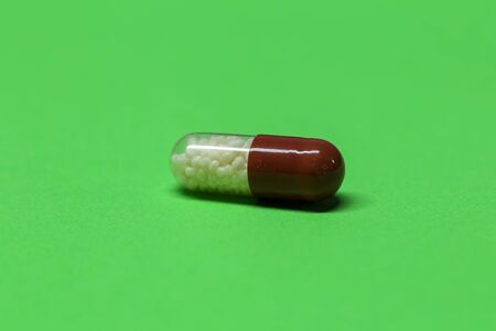 Hard-shelled capsules, which contain dry, powdered ingredients or miniature pellets. Stockfoto