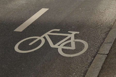 Separate cycle path for cycling. Bicycle icon on the pavement. Standard-Bild