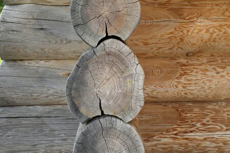 Corner of an old wooden house with round logs. Standard-Bild