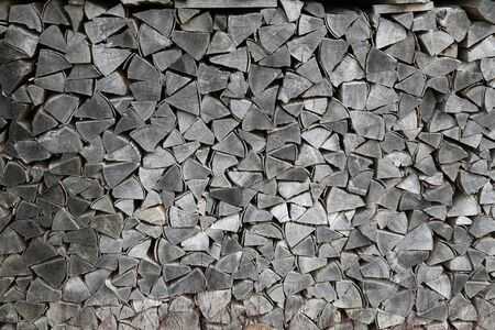 Background of dry chopped firewood logs in a pile. Standard-Bild