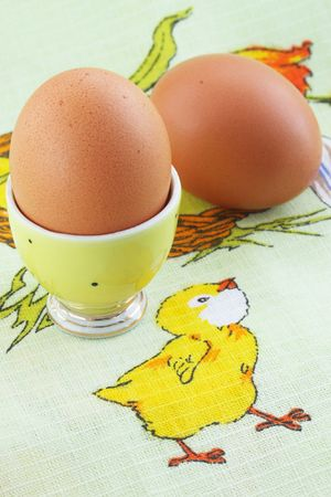origen animal: Huevos cocidos a pararse sobre el mantel