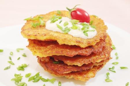 Fritti frittelle di patate sul piatto Archivio Fotografico - 9483902