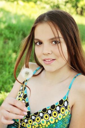 girl holds in the hand the dandelion Standard-Bild