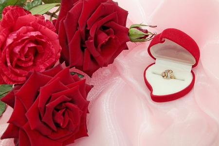 Box with the ring of the red roses photo