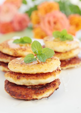 Pancakes from the cottage cheese with the honey and the mint