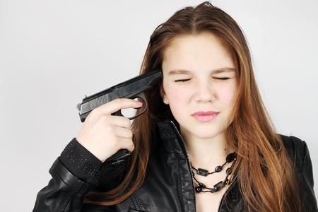 pistolas: mujer joven tiene la pistola cerca del templo