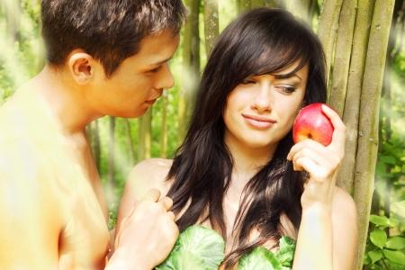 Adamo ed Eva si sta per mangiare una mela Archivio Fotografico - 13606660