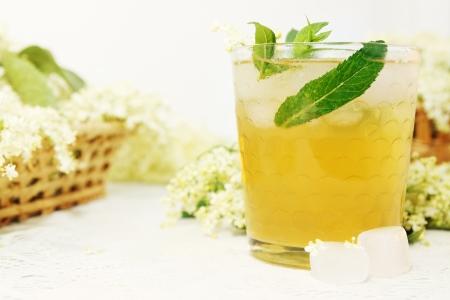 zomers drankje: Een koude verfrissende drank gemaakt van oudere bloemen en mint