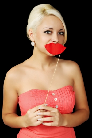 labios sexy: Mujer coqueta que sostiene una placa con los labios rojos