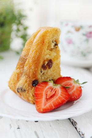 rum cake: rum e uvetta torta con fragole fresche Archivio Fotografico