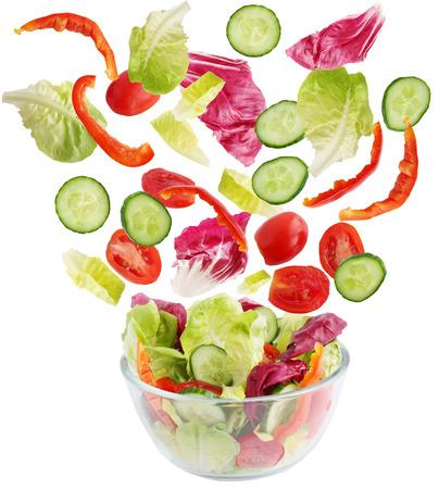 verduras verdes: Ensalada de verduras frescas caer en un cuenco
