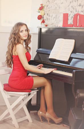 pianista: Hermosa mujer de pelo largo tocando el piano