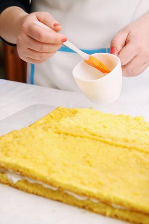 impregnated: torta impregnate sciroppo di pesca con un pennello