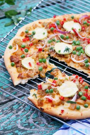 comida chatarra: Pizza vegetariana con calabacín, guisantes y pimientos