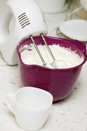 gelatina: mano femenina vertiendo gelatina con crema batida