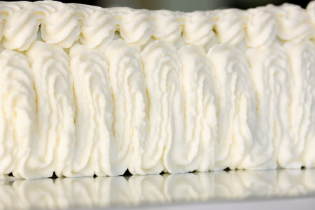 pastel de bodas: decorar pastel de crema de una manga pastelera Foto de archivo