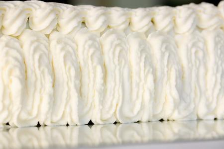 pastel boda: decorar pastel de crema de una manga pastelera Foto de archivo