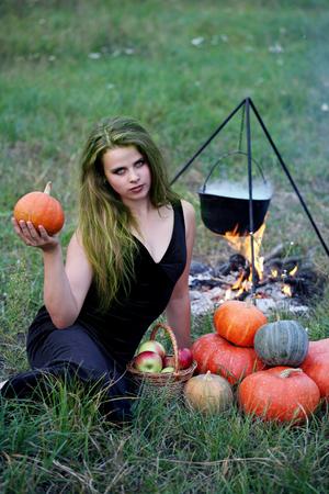 elixir: Bruja preparando una poción en el prado
