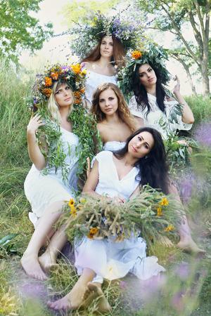 Vijf mooie meisjes in kransen te vieren Midsummer. Kupala Night