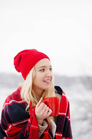Girl drinks coffee from a red cup Archivio Fotografico - 138047315