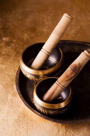 Singing bowls for healing session, Reiki concept. Archivio Fotografico