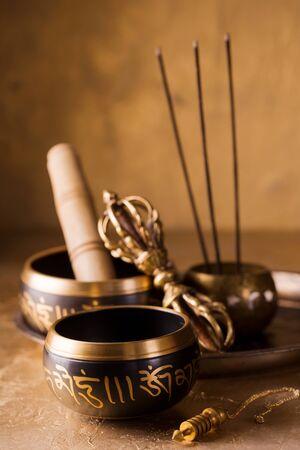 singing bowls, vajra and pendulum for healing in reiki flow Archivio Fotografico