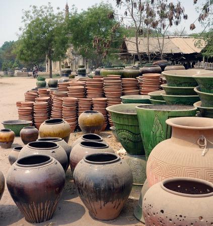 ollas de barro: El campo de vasijas de arcilla en Bagan, Myanmar