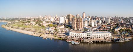 Vue panoramique sur les gratte-ciel de la capitale latino-américaine d'Asuncion Quai du fleuve Paraguay. Photo de drone aérien Birds Eye. Ciudad de Asunci?n Paraguay.