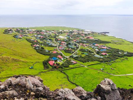 Vista panorámica aérea de la ciudad de Edimburgo de los Siete Mares, Tristan da Cunha, la isla habitada más remota, Océano Atlántico Sur, Territorio Británico de Ultramar.