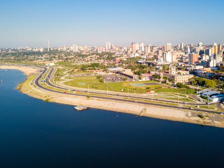 Panoramiczny widok na panoramę drapaczy chmur w stolicy Ameryki Łacińskiej miasta Asuncion, Paragwaj. Nabrzeże rzeki Paragwaj. Zdjęcie lotnicze z lotu ptaka. Ciudad de Asuncion Paragwaj. Ameryka Południowa. Zdjęcie Seryjne