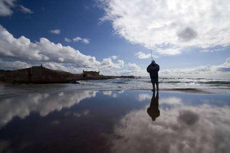 reflexion: Pescador reflexi�n en h�medo con piedra al amanecer