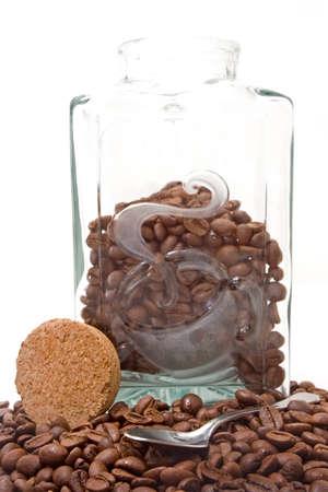 cafe colombiano: Composici�n con jarra llena de caf� colombiano aislados en fondo blanco