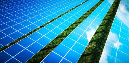Schöne Reflexion von Wolken auf blauen Solarzellen eines großen Solarparks in einem warmen Licht des späten Nachmittags mit frischem grünem Gras unter den Platten. 3D-Rendering.