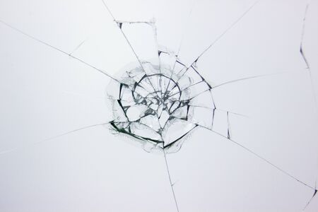 Hintergrund aus zerbrochenem Glas. Gebrochenes Glas. Ins Fenster geschossen. Standard-Bild