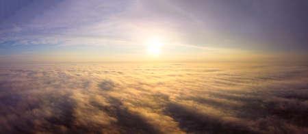 Orange morning sun with rays illuminate the thick fog 免版税图像