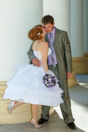 vestido corto: vestido corto de novia encantadora bella y feliz novio